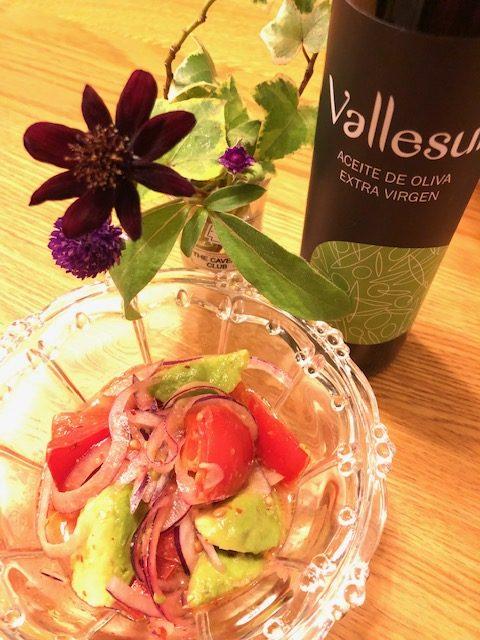 ムラサキ玉ねぎとアボカド、トマトのシンプルサラダ